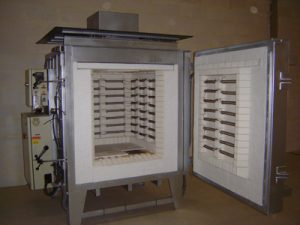 Electric cell kiln with fixed plate